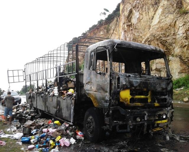 Xe tải chở hàng dân dụng và thực phẩm bị cháy trên QL 1D tỉnh Bình Định hôm 1/11
