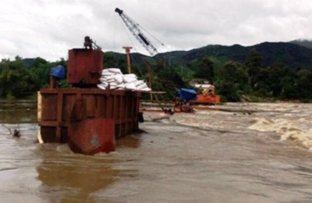 Nước sông Kỳ Lộ (Phú Yên) tăng lên bất thường, chảy xiết khiến ca nô cứu hộ bị lật