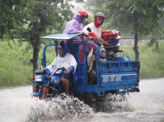 Đường Hùng Vương (TP Quy Nhơn) ngập nặng xe máy không thể lưu thông (ảnh chụp 9h sáng 3/11)