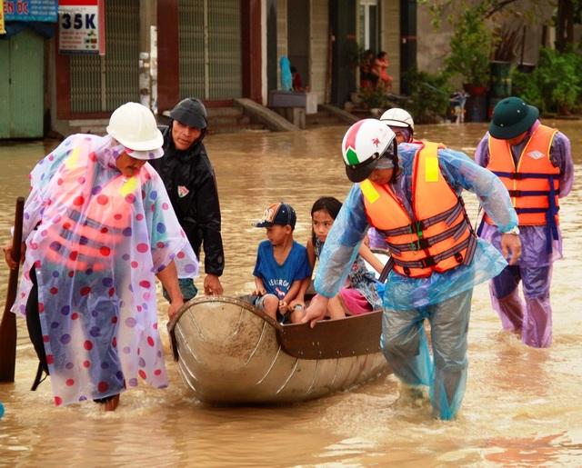 Di dời trẻ em phường Trần Quang Diệu (TP Quy Nhơn) đến nơi an toàn