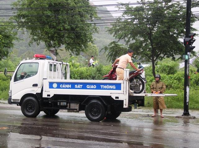 CSGT tham gia vận chuyển người và phương tiện bị mắc kẹt qua đoạn đường lũ ngập sâu