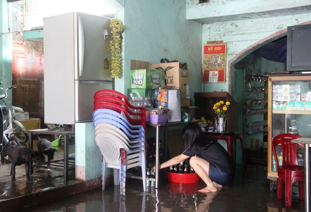 Nước đang bắt đầu vào nhà dân ở phường Nhơn Bình (TP Quy Nhơn)