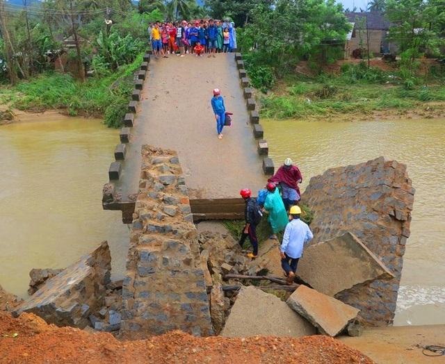 Cầu Bù Nú, xã Ân Nghĩa (huyện Hoài Ân) bị lũ làm sập mất 1 nhịp