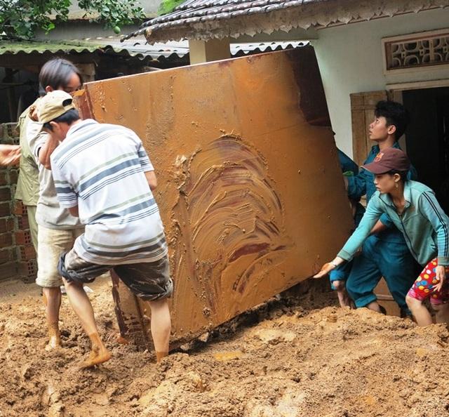 Nhà nhiều hộ dân ở xã Ân Nghĩa bị nước lũ mang theo đất lấp đầy nhà