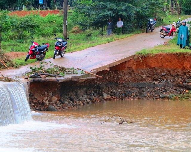 Nhiều tuyến đường giao thông ở xã vùng cao Bok Tới (huyện Hoài Ân) bị sạt lở nghiêm trọng