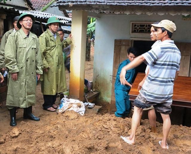 Chủ tịch UBND tỉnh Bình Định Hồ Quốc Dũng thăm hỏi, động viên các hộ dân ở xã Ân Nghĩa (huyện Hoài Ân) bị thiệt hại do mưa lũ gây ra