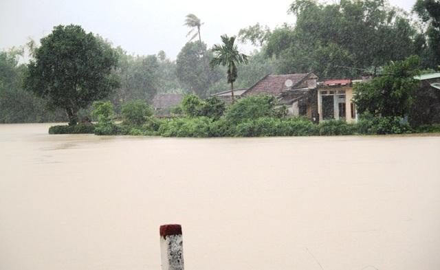 Nhiều trường trên địa bàn tỉnh Bình Định phải cho học sinh nghỉ vì lũ về