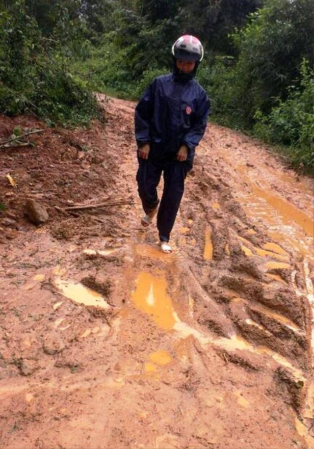 Sạt lở đường nhưng giáo viên ở xã vùng cao Vĩnh Kim (huyện Vĩnh Thạnh) vẫn lội bùn đến trường dạy học sinh