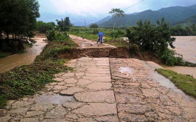 Lũ xé đường lên các thôn ở xã Vinh Kim (huyện Vĩnh Thanh) nhưng giáo viên vẫn lội suối đến trường