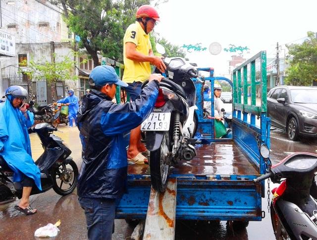 Tại nút giao thông đường Hùng Vương (TP Quy Nhơn), người dân phải mất 40.000 đồng/người/xe/lượt để vượt qua đoạn đường ngập lụt chỉ khoảng 1 km (ảnh chụp trưa ngày 3/11)