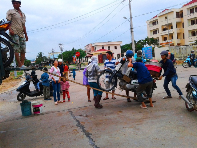 Người dân đi chợ, bán hàng đi về đều phải qua tràn Huỳnh Mai