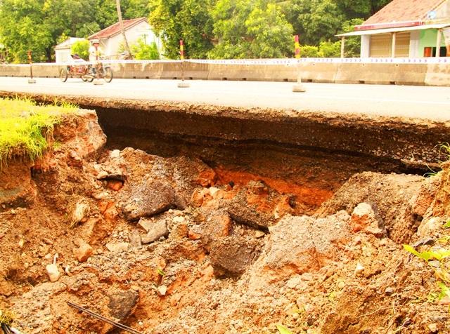 Một đoạn QL 1A qua xã An Dân (huyện Tuy An, Phú Yên) cũng bị sạt lở nghiêm trọng