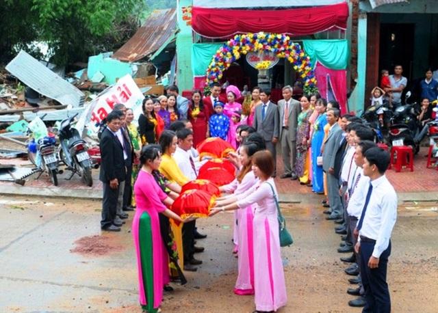 Xúc động hình ảnh đám cưới bên căn nhà sập trong lũ của đôi uyên ương ở Phú Yên (ảnh: Zinh.vn)
