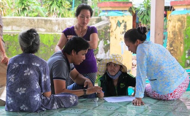 Người dân thôn Hòa Lợi tập trung về trụ sở thôn để khai báo số tôm nuôi và chết do lũ