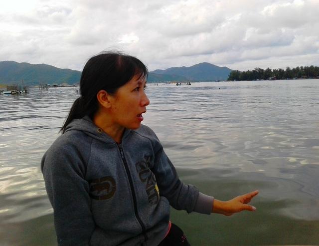 Chị Lan chảy nước mắt khi kể lại cảnh chồng chị hốt tôm chết đem vào bờ