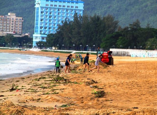 Du khách ngao ngán khi xuống biển đầy rác để chụp hình.