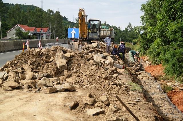 Một đoạn QL 1A đoạn qua huyện Tuy An (Phú Yên) bị hư hỏng nặng do mưa lũ vừa qua