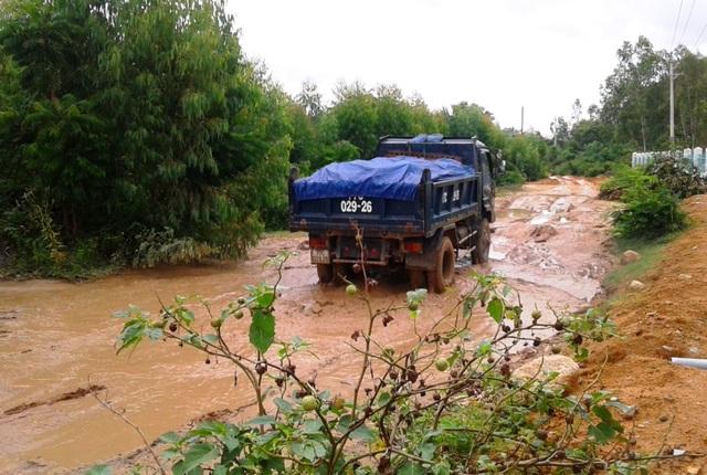 Đường liên thôn Bình An 1 đi Cảnh An 1 xã Phước Thành (huyện Tuy Phước) bị cày nát cũng do xe vận chuyển đá, cát quá tải đi lại hàng ngày