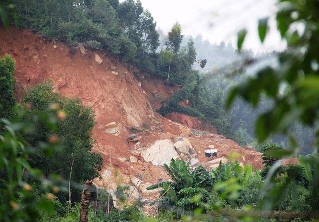 Trên các triền núi đá Hòn Chà tại TP Quy Nhơn và huyện Tuy Phước đang bị xẻ thịt
