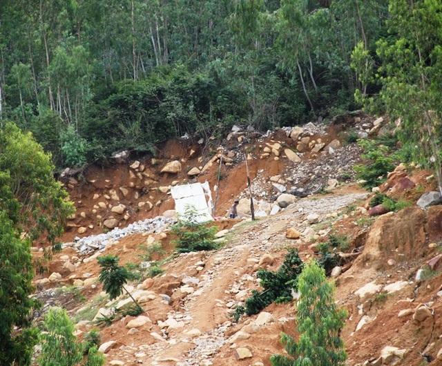 Các lán trại dựng lên để thợ đá khai thác đá trên núi Hòn Chà