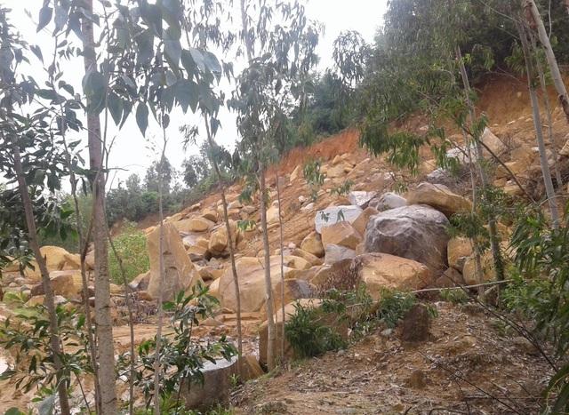 Núi Hòn Chà chẳng khác nào đại công trường khai thác đá ngổn ngang