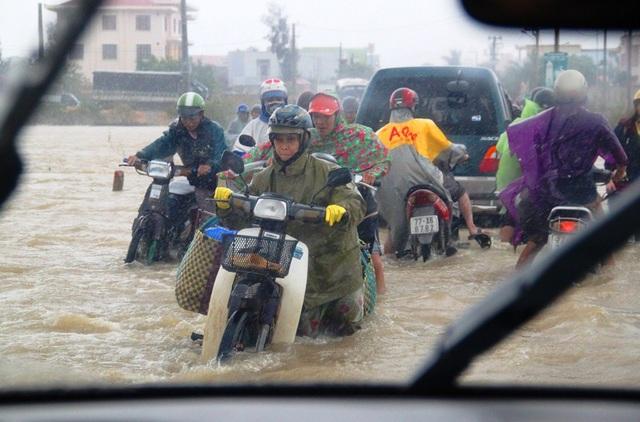 Nước lũ lên nhanh khiến đường Tỉnh lộ ĐT 639 đi các xã Khu Đông huyện Tuy Phước (tỉnh Bình Định) bị ngập nặng.