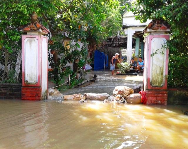 Nước lũ đang rút nhưng nhiều nơi nhà dân vẫn còn bị ngập (ảnh chụp sáng 3/12 tại xã Phước Hòa, huyện Tuy Phước)