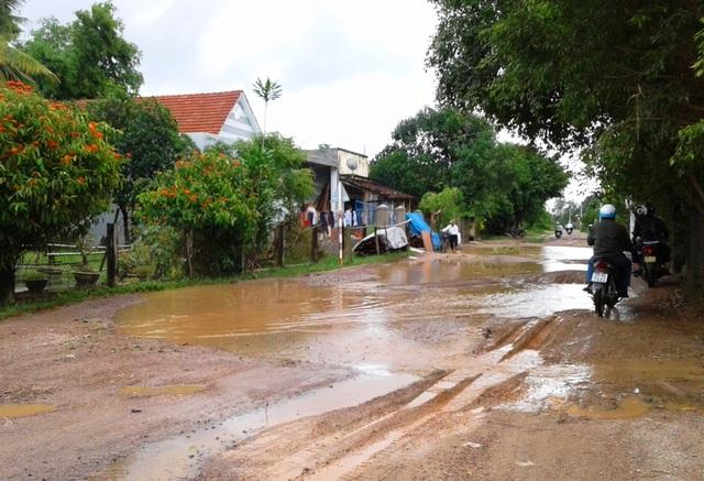 Một đoạn đường đoạn qua xã Cát Tân (huyện Phù Cát) bị hư hỏng nặng