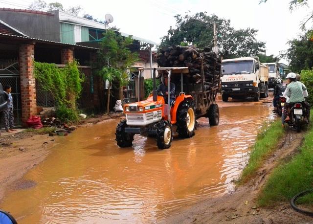 Tuyến Tỉnh lộ ĐT 635 từ trung tâm thị trấn Ngô Mây (huyện Phù Cát) đi về xã Cát Tân, Cát Tường, Cát Nhơn… nhiều đoạn bị hư hỏng nghiêm trọng
