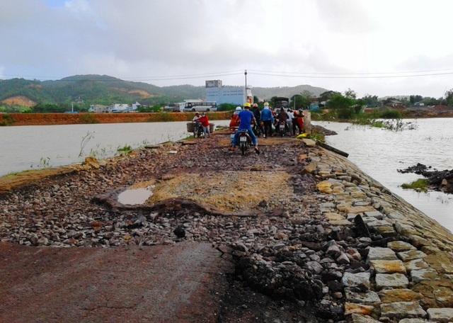 Tuyến Tỉnh lộ ĐT 640 từ trung tâm thị trấn Tuy Phước đi các xã Phước Thuận, Phước Sơn... bị hư hỏng nặng do chịu 2 đợt lũ liên tiếp