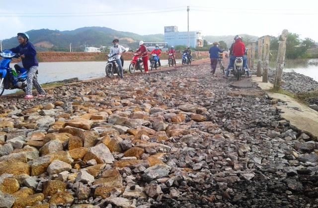 Sau lũ, lộ nhiều tuyến đường giao thông tỉnh Bình Định bị hư hỏng nghiêm trọng