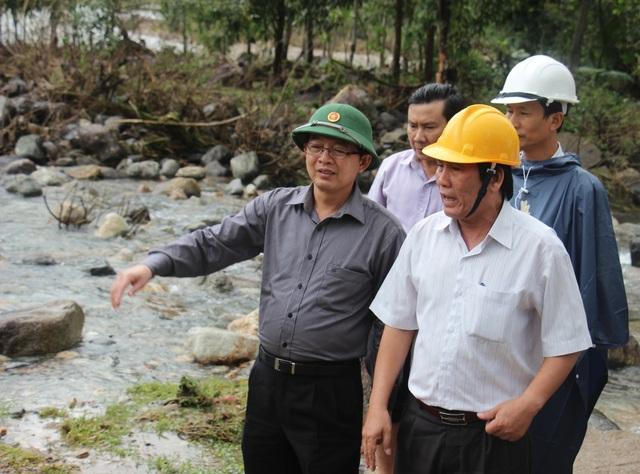 Chủ tịch UBND tỉnh Bình Định Hồ Quốc Dũng (đội mũ cối) kiểm tra tình hình thiệt hại do lũ lụt tại huyện An Lão - Bình Định