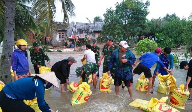 Lực lượng vũ trang huyện Phù Mỹ giúp dân khắc phục xói lở do lũ gây ra tại thôn An Xuyên 3, xã Mỹ Chánh