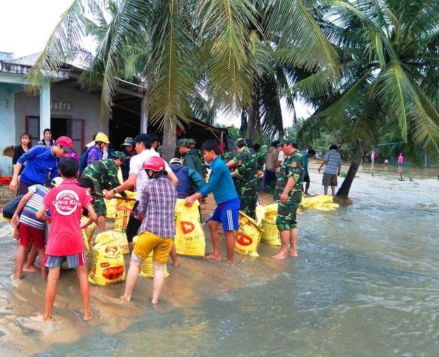 Di dời khẩn cấp các hộ dân bị ngập nặng, bị xói lở ở xã Mỹ Chánh (huyện Phù Mỹ)