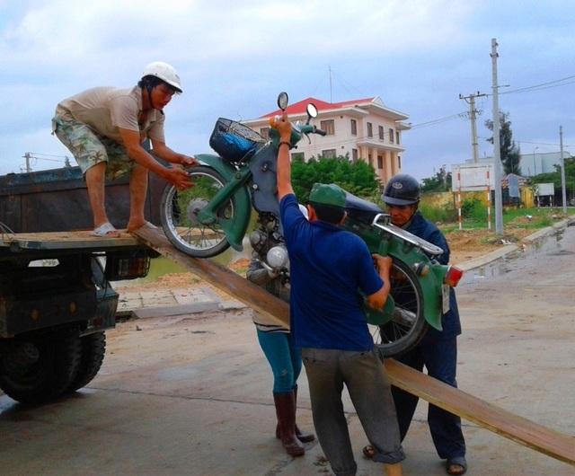Nhiều đoạn tràn trên Tỉnh lộ ĐT 640 từ trung tâm thị trấn Tuy Phước đi các xã Phước Thuận, Phước Hòa... bị ngập, người dân phải lưu thông bằng xe tải
