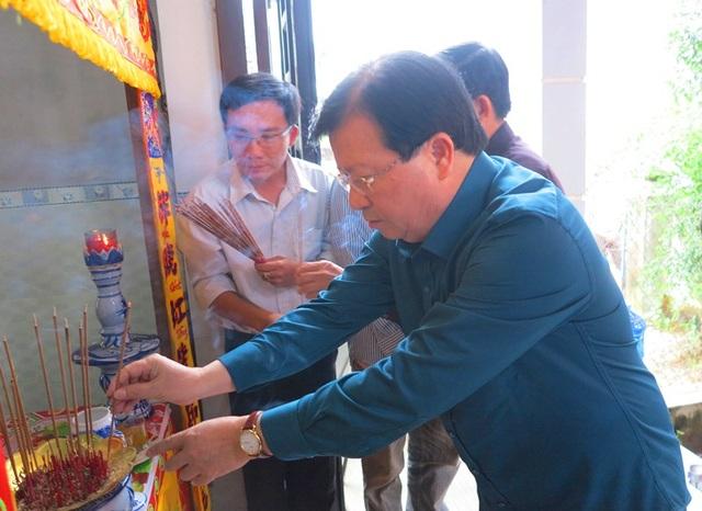 Phó Thủ tướng Chính phủ Trịnh Đình Dũng đến thăm gia đình có em Đào Minh Tài (13 tuổi, học sinh lớp 8, thôn Thanh Liêm, xã Nhơn An, thị xã An Nhơn) bị chết do mưa lũ.