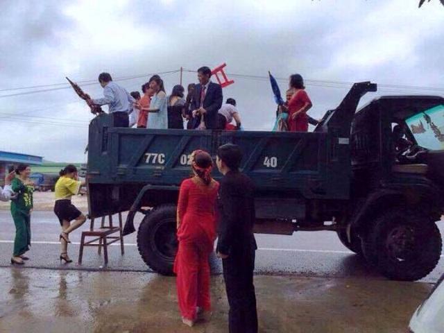 Màn rước dâu độc đáo bằng xe ben ở Bình Định trong ngày lũ được mọi người quan tâm