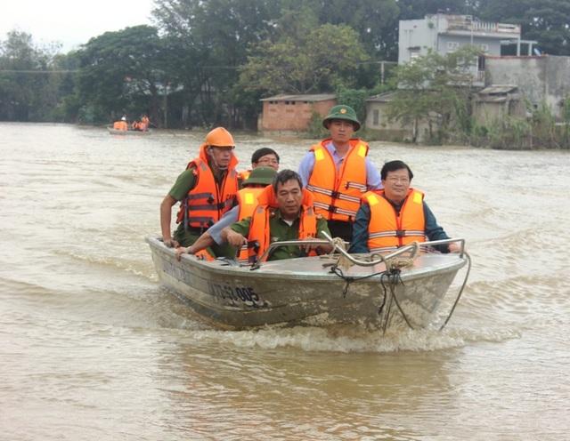 Phó Thủ tướng Trịnh Đình Dũng thăm vùng lũ xã Phước Quang, huyện Tuy Phước, tỉnh Bình Định