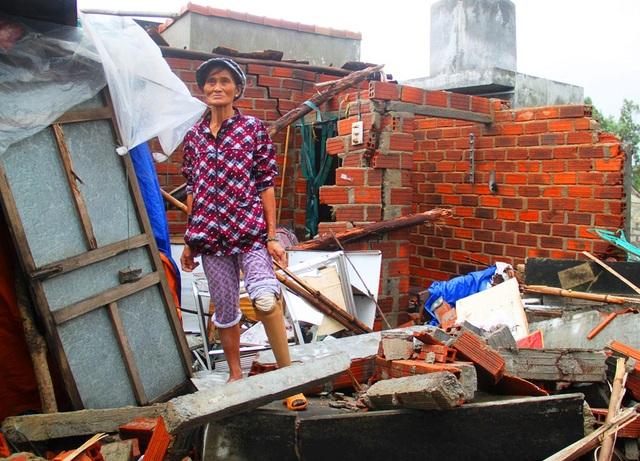 Bà Lưu Thị Phúc (ở xã Phước Thuận) bên căn nhà sập do lũ