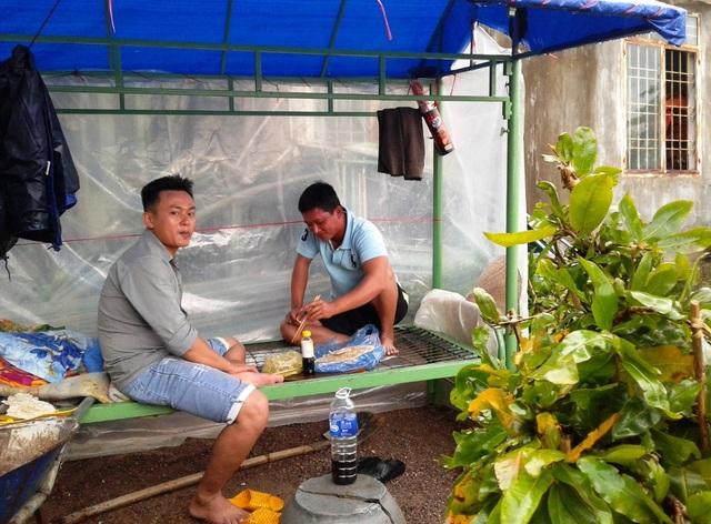 Anh Lâm (thôn Háo Đức, xã Nhơn An) dựng lều bạt canh mai chạy lũ