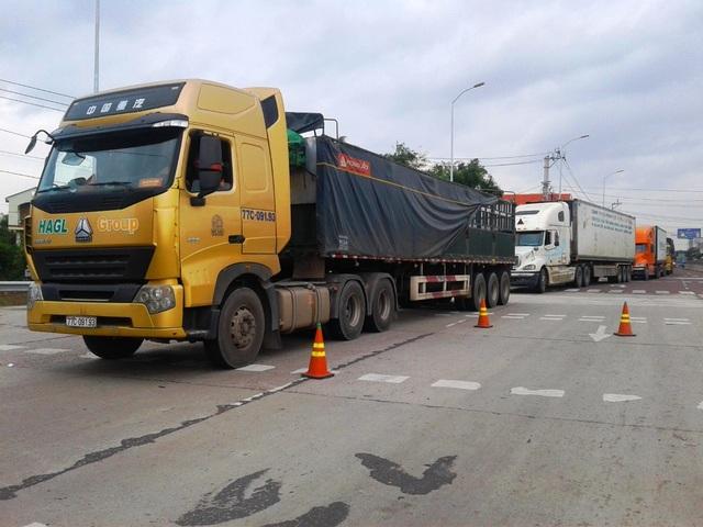 Giao thông đoạn qua Trạm thu phí BOT Nam Bình Định bị ách tắc (ảnh chụp sáng 10/12)