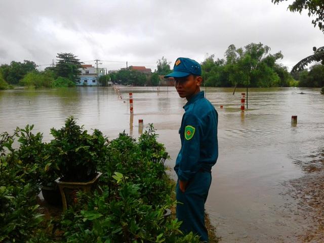 Dân phòng phường Đập Đá (thị xã An Nhơn) cử lực lượng canh không cho người dân tự ý qua tràn khi lũ lớn