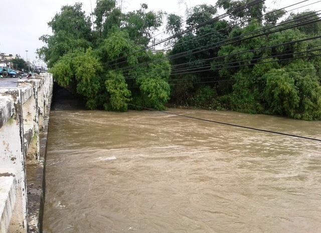 Nước trên các sông tại Bình Định đang dâng cao, nhiều khu dân cư bị ngập, giao thông chia cắt