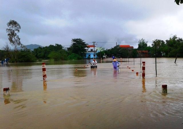 Bình Định lại hứng chịu đợt lũ thứ 4 trong vòng hơn 1 tháng (ảnh chụp chiều 12/12, tại tuyến Tỉnh lộ ĐT 636 B đoạn phường Đập Đá, thị xã An Nhơn đi xã Nhơn Phong...)