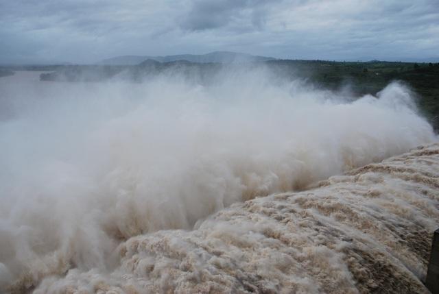 Thủy điện sông Ba Hạ xả lũ, dân hạ du lo ngập nhà cửa