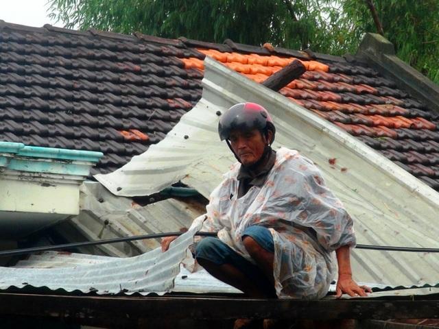 Người dân khẩn trương lợp lại mái nhà tránh mưa lũ đang về