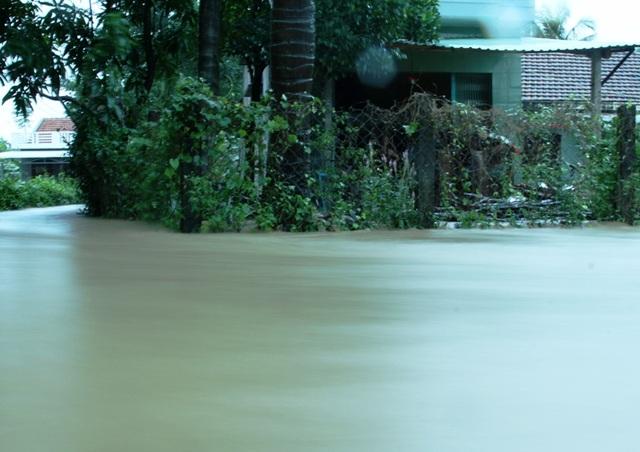 Nhiều nơi nước ngập sâu cả mét.