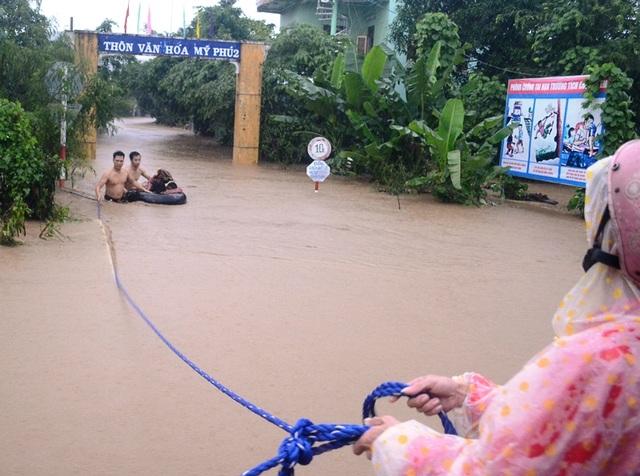 Thanh niên dùng phao cứu các cháu học sinh trường Mầm non Mỹ Phú 2 (huyện Tuy An, Phú Yên)