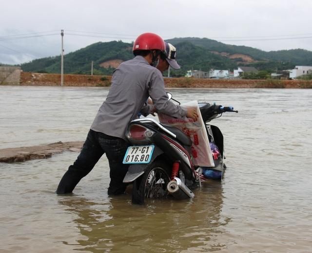 Nước lũ khiến đường bị hư hỏng tạo hố sâu, nhiều xe bị sụp hố sâu giữa dòng nước lũ