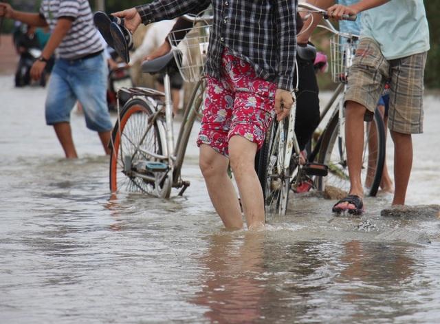 Những đôi chân mò mẫm dò đường đi trong nước lũ